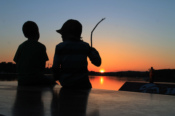 Der Sonnenuntregang über dem Lehnitzsee lädt Floßfahrer zum Träumen ein.