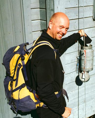Für Wanderer fast schon obligatorisch: ein Eintrag in das, in einem Metallrohr aufbewahrte Gipfelbuch am Helgehornet. (Foto Karsten-Thilo Raab)