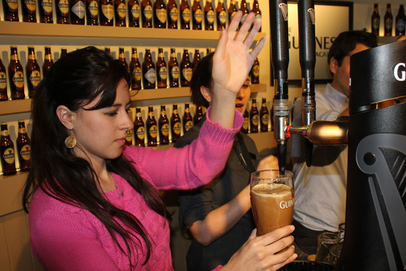 Selber zapfen und anschließend probieren, können die Besucher das berühmte Bier in der Guinness Academy. (Foto Karsten-Thilo Raab)