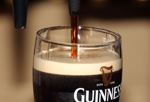 In der Guinness Academy lernen Besucher das perfekte Pint zu zapfen. (Foto Karsten-Thilo Raab)