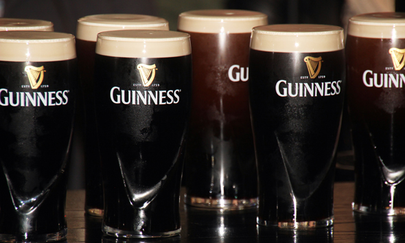 Perfekt gezapfte Pints of Guinness in der Gravity Bar. (Foto Karsten-Thilo Raab)