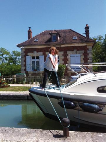 Nach einer kurzen Einführung wissen selbst echte Landratten, wie ein Boot fachgerecht vertaut wird. (Foto Raimond Ahlborn.