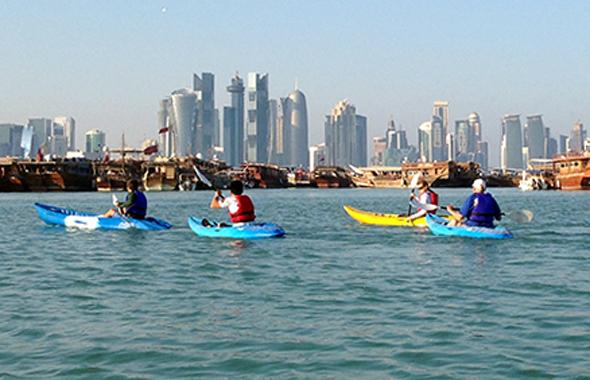 Das Emirat Katar lässt sich auch im Kanu vom Wasser aus erkunden.