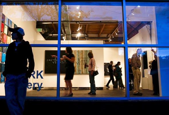 Bei den regelmäßigen Art Walks öffnen viele Galerien und Ausstellungszentren kostenfrei ihre Pforten.