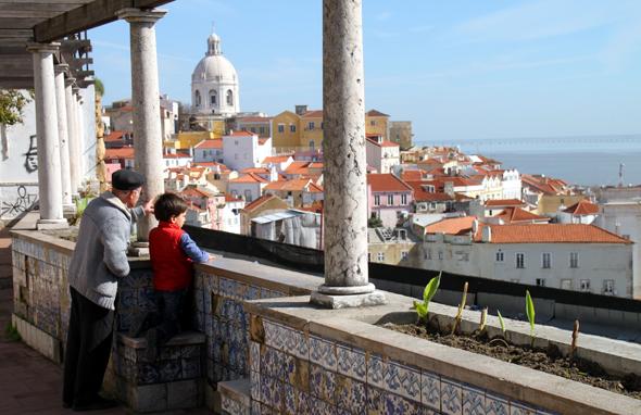 Vom Miradouro de Santa Luzia gibt es einen schönen Panoramablick auf Lissabon und den Teja. (Fotot Karsten-Thilo Raab)