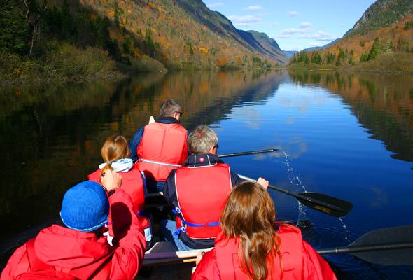 Herbsttraum auf kanadisch: Mit dem Rabaska-Kanu durch den Parc National de la Jacques-Cartier in Québec. (Foto Karsten-Thilo Raab)