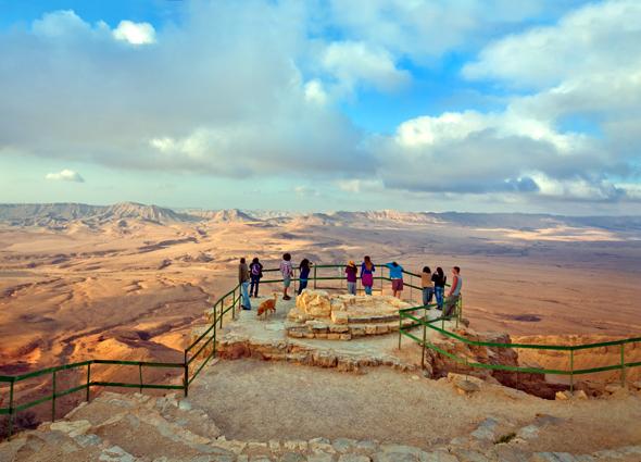 Vom rande des Ramon Kraters bieten sich spektakuläre Panoramaaussichten