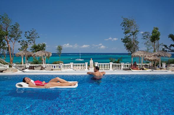 Für Sonnenhungerige halten viele Hotels neben einladenden Pools auch herrliche Strandabschnitte vor.