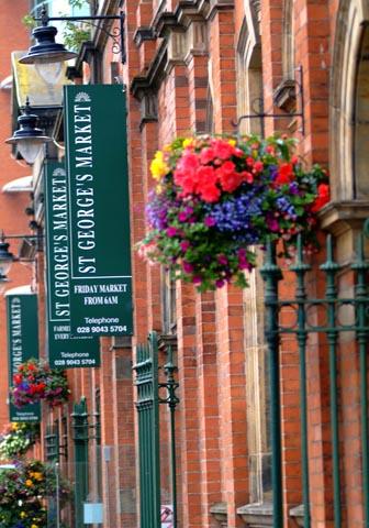 Der St. George's Market ist für seine frischen lokalen Produkte und seine Atmosphäre bekannt. (Foto Tourism Ireland)