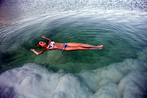 Der wohl berühmteste Landstrich Israels, das Tote Meer, lädt zum schwerelossen Badevergnügen ein.