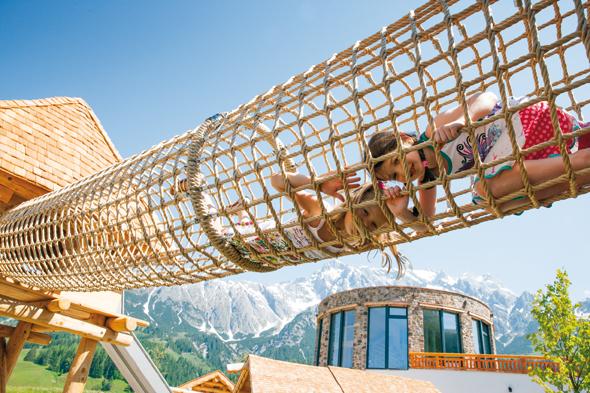 Auf dem 1.000 Quadratmeter großen Almspielplatz erwarten sie u. a. der Almtrail Bewegungsparcours, ein Wasserfall mit Gletscherbacherl, diverse Schaukeln, eine Seilbahn, ein Trampolin.