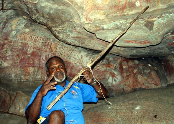 Stolz präsentiert Willie Gordon Malereien in den Höhlen seiner Vorfahren. (Foto Karsten-Thilo Raab)