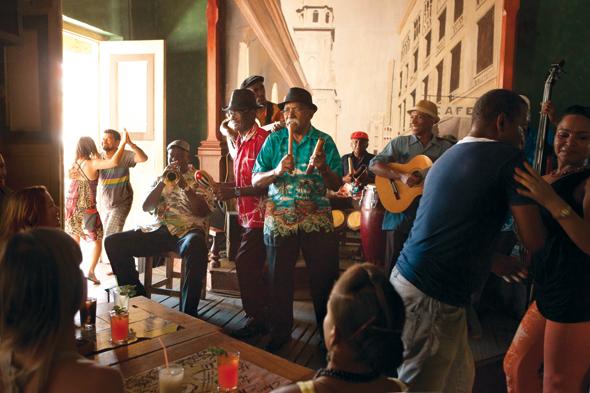 Tanz und Rum gehört zum Besuch einer der vielen einladenden Bars auf Kuba.