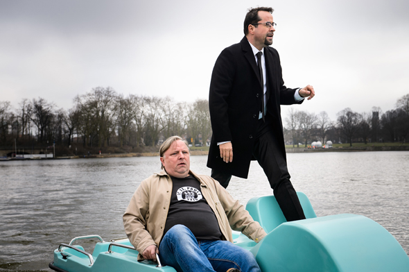 Ermittlungen auf dem Wasser: Frank Thiel (Axel Prahl, l.) und Professor Boerne (Jan Josef Liefers, r.) im Tretboot unterwegs. (foto WDR/Willi Weber)