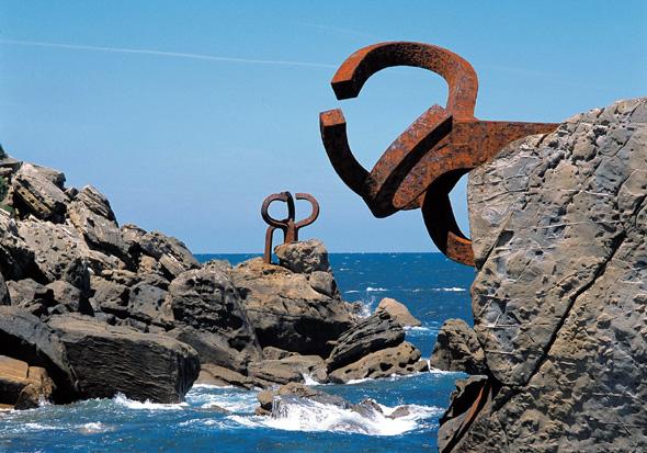 """Eduardo Chillidas Skulpturengruppe """"Peine del Viento"""" ist eine der Attraktion an der Küste in San Sebastian."""