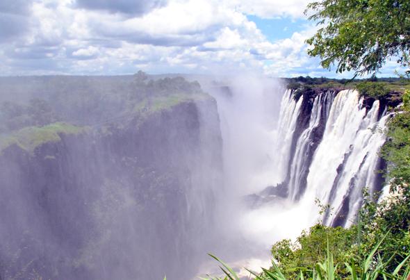 Bie berühmteste Landmarke in Sambia: die Victoriafälle. (Foto Mari Kanniainen/Pixelio)