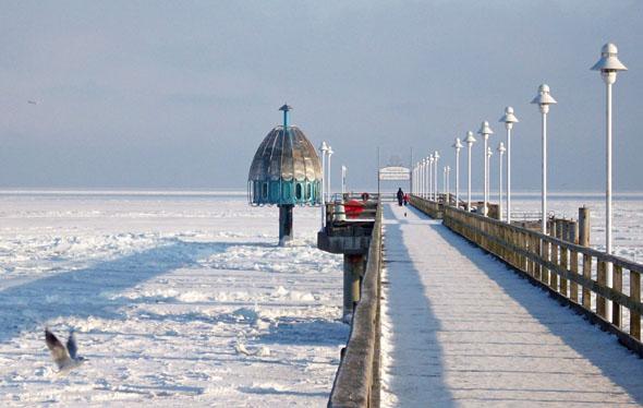Ein Blick auf die gefrorene Ostsee von der Seebrücke in Zinnowitz. (Foto: djd)
