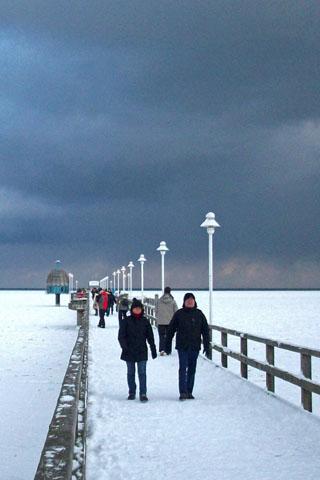 Die Seebrücke in Zinnowitz lädt auch im Winter zu einem Spaziergang ein. (Foto: djd)
