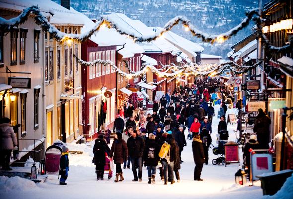 Ein Wintertraum: der vorweihnachtliche durch das Weltkulturerbe von Røros. (Foto Thomas Rasmus Skaug)
