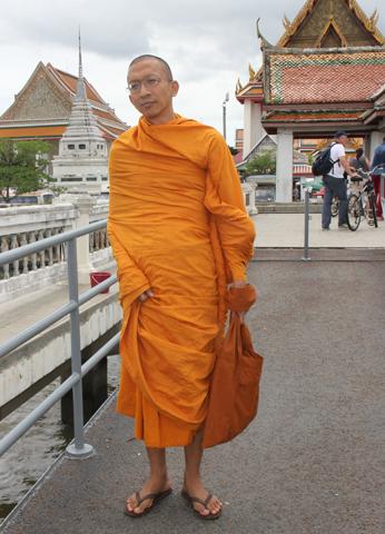 Buddhistischer Mönch am Wat Kalayanamitr Varamahavihara in Bangkok. (Foto Karsten-Thilo Raab)
