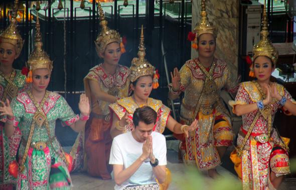 Regelmäßig werden am Erawan-Schrein auch Tänze aufgeführt. (Foto Karsten-Thilo Raab)