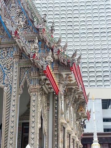Teilansicht des Wat Suan Phlu - im Hintergrund das Shangi-La-Hotel. (Foto Karsten-Thilo Raab)