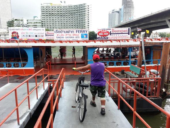 Mit der Fähre geht es über den Chao Phraya River in Bangkok. (Foto Karsten-Thilo Raab)