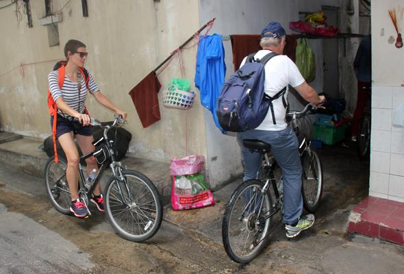 Die Radtour führt durch enge Gassen und über schmale Pfade. (Foto Karsten-Thilo Raab)