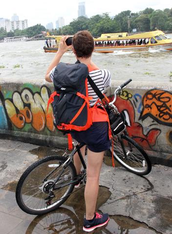 """Gleich zweimal wird der Chao Phraya River bei der """"Tour de Bangkok"""" überquert. (Foto Karsten-Thilo Raab)"""