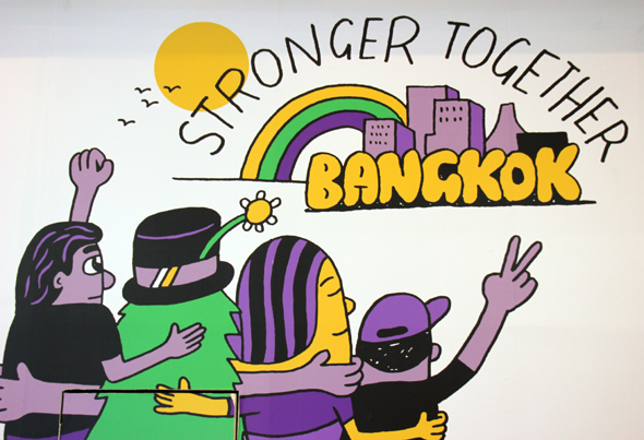 Überall im Herzen von Bangkok zu sehen: Plakate der Stronger-Together-Kampagne. (Foto Karsten-Thilo Raab)