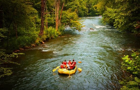 Kanutouren gehören neben ausgiebigen Wanderungen zu den beliebtesten Herbstaktivitäten in North Carolina.