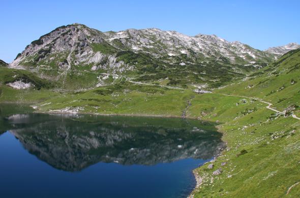 Wurde nicht von ungefähr zum schönsten Platz in Österreich gewählt: der Formarinsee bei Lech am Arlberg. (Foto Karsten-Thilo Raab)