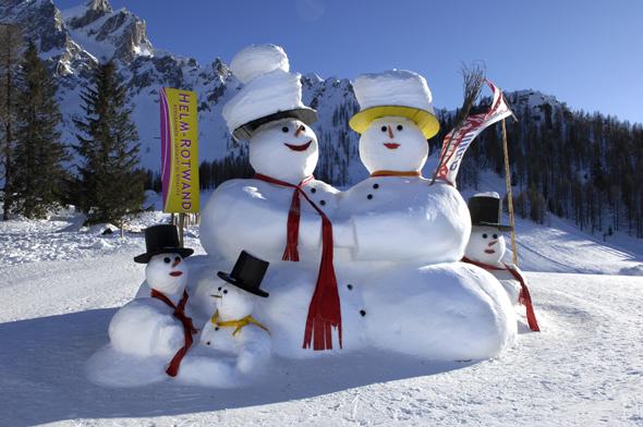 Riesenschneemänner zieren wieder das Skigebiet Sextner Dolomiten. (Foto H. Rier)