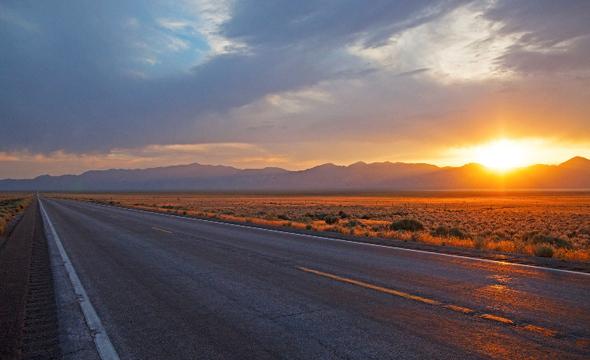 Traumstraße durch Nevada - nicht nur bei Sonnenuntergang: der berühmte Highway 50.