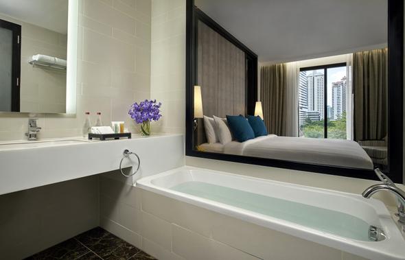 Die verglaste Badezimmerwand gehört in den meisten Zimmern zu den besonderen Features. (Fotos: Mövenpick)