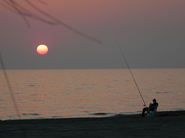 Entspannung pur: Angeln im Sonnenuntergang in Kampanien. (Foto ENIT)