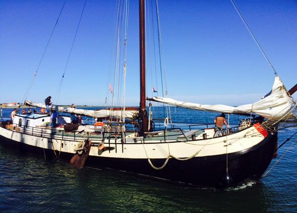Begenung mit einem bauähnlichen Plattbodenschiff vor Terschelling. (Foto Ulrike Katrin Peters)