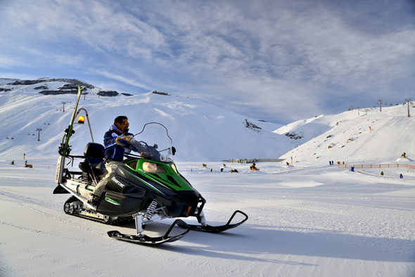 Auch mit dem Snowmobil lässt sich die Bergwelt des Kaukasus erkunden.
