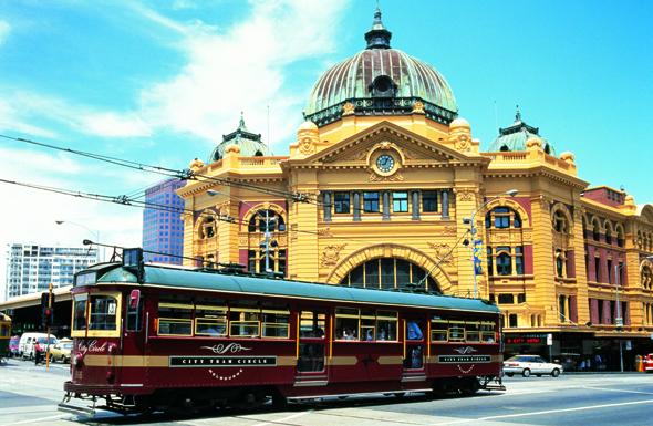 Die Wahrzeichen von Melbourne: die historische City Circle Tram und die Flinders Street Station.