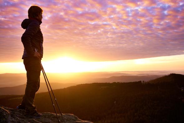 Sonnenuntergang am Großen Arber, Wanderpause im letzten Licht des Tages. (Foto , Ferienregion Nationalpark Bayerischer Wald)