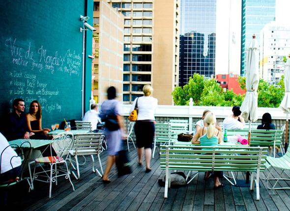 Hippe Restaurants - wie hier Madame Brussels Rooftop Bar- finden sich in Melbourne an jeder Ecke.