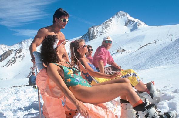 Gerne wird in dem Gletschergebiet - wie hier in den 1990er Jahren - auch mal ein Sonnenbad im Schnee genossen. (Foto Dietmar Sochor)