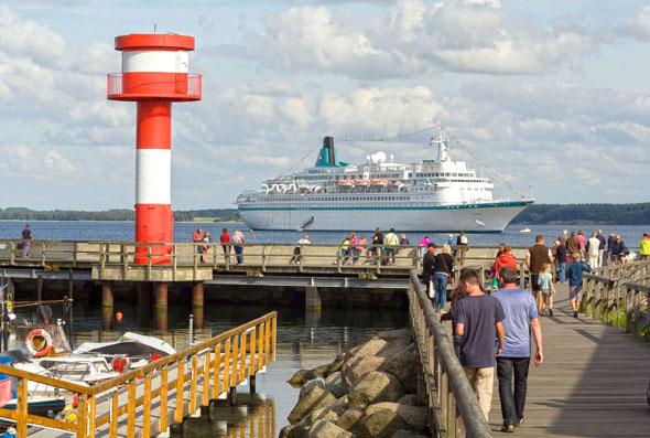 Auch Kreuzfahrtschiffe geben sich während der Sommermonate immer wieder ein Stelldichein.
