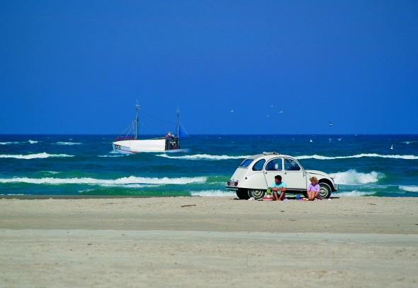 Anderswo ein Tabu, auf Fanø erlaubt: mit dem Auto auf den Strand. (Foto Fanø Turistbureau)