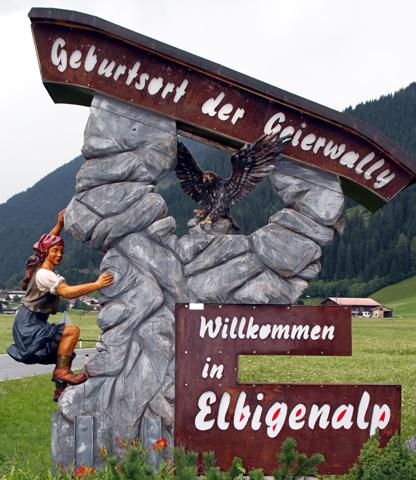 Der Geierwally wurde am Ortseingang von Elbigenalp im wahrsten Sinne des Wortes ein Denkmal gesetzt. (Foto Karsten-Thilo Raab)