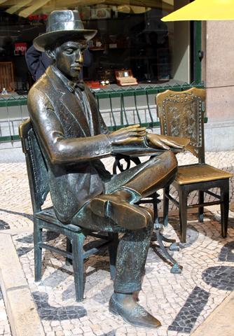 Fernando Pessoa Denkmal in Lissabon. (Foto Karsten-Thilo Raab)