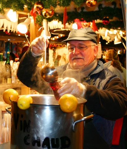 Auf dem traditionellen Weihnachtsmarkt darf Glühwein natürlich nicht fehlen. (Foto Karsten-Thilo Raab)