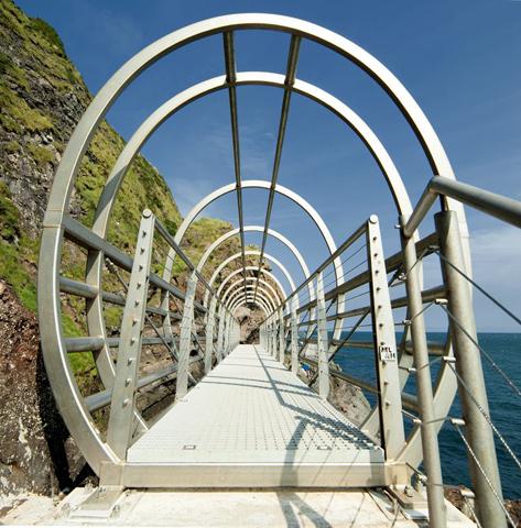 """Spektakuläre Brücken und Übergänge kennzeichnen den """"neuen"""" Gobbins Cliff Path."""