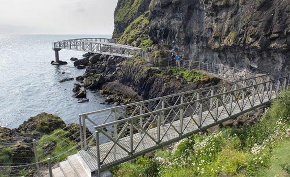 Fraglos ein Küstenpfad mit Nervenkitzel sowie tollen An- und Aussichten: der Gobbins Cliff Path. (Fotos Tourism Ireland)