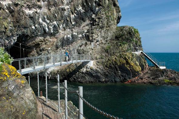 Knapp drei Kilometer, die es in sich haben: der Gobins Cliff Path in Nordirland.